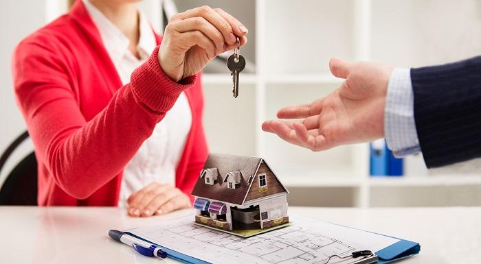 imagem de uma vendedora entregando as chaves da casa nova