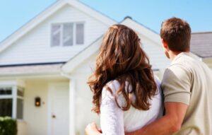 imagem de um casal olhando a casa nova
