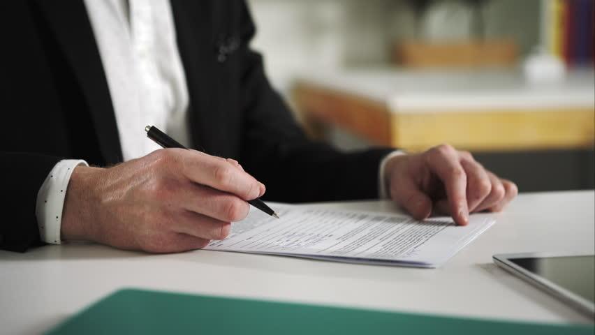 imagem de um homem conferindo um contrato